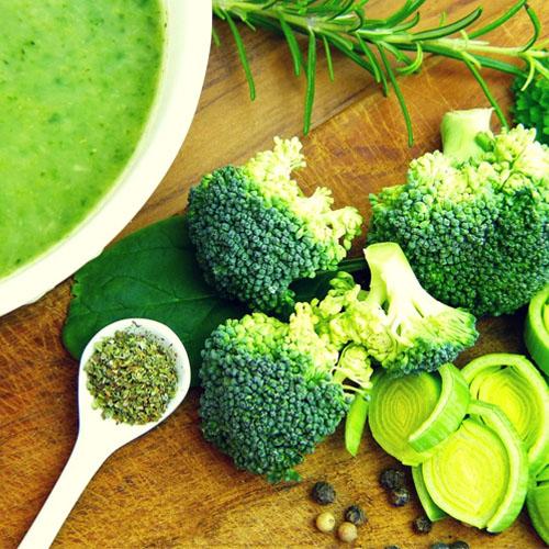 Un ejemplo de los vegetales verdes tenemos al brócoli, que sabe muy bien en crema
