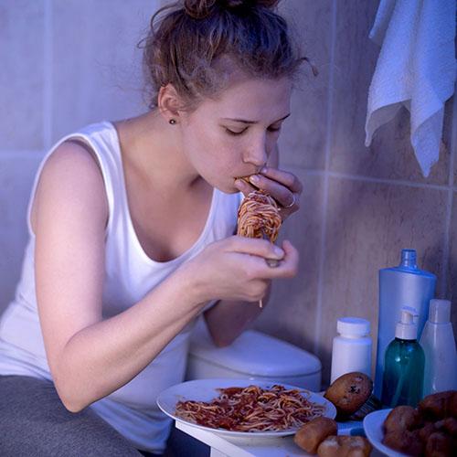Mujer comiendo compulsivamente