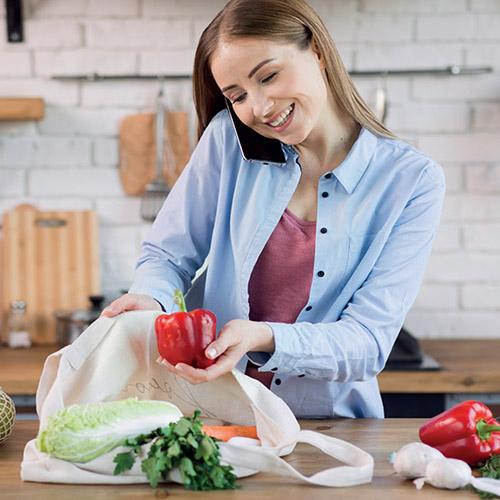 Mujer usando bolsa ecológica